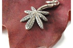 98 srebrny wisiorek ; liść marihuany