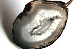 Szary agat z kryształem, piękny kamień,wisior