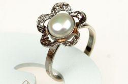 Srebrny pierścień z perłą a567