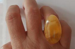 Duży pierścień z bursztynem