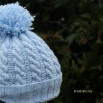 Czapka w kolorze niebieskim - niebieska czapka z pomponem