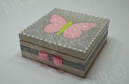 Drewniana szkatułka kwadratowa z motylem