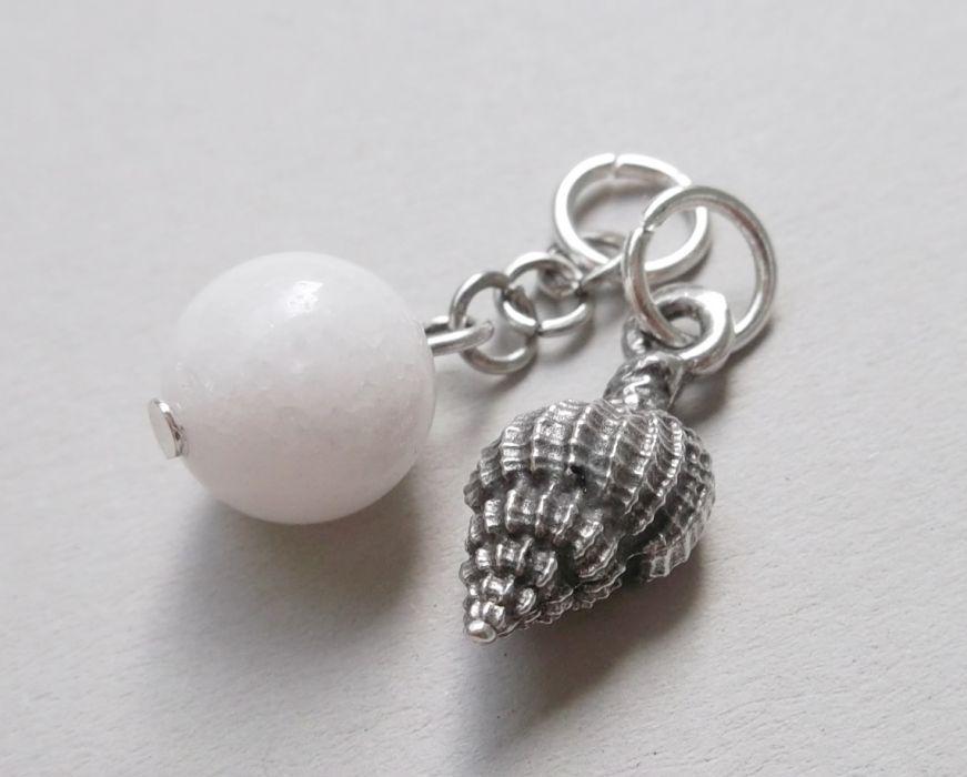 2 zawieszki: z muszelką i kamieniem