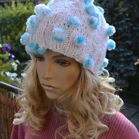 Biała czapka z niebieskimi pomponikami