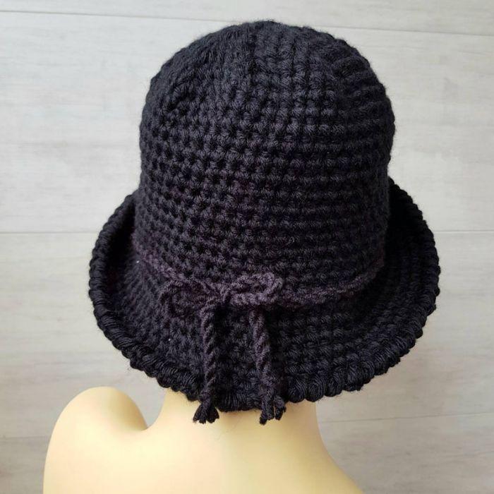 Czarny kapelusz w stylu art deco, robiony szydełkiem