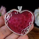 Skamielina koralu, srebrny wisior serce