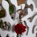 Kolczyki handmade różyczki czerwone - Z boku