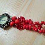 Zegarek z czerwoną bransoletką