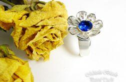Srebrny kwiat z szafirowym oczkiem.