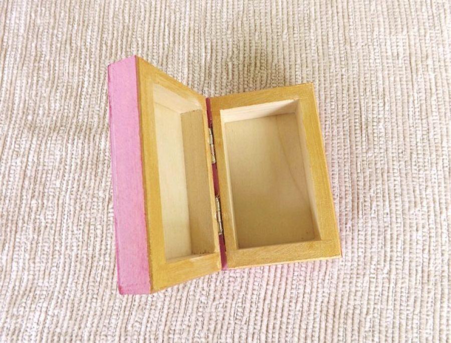 Pudełko malowane małe-Kotek w jasnym różu - wnetrze