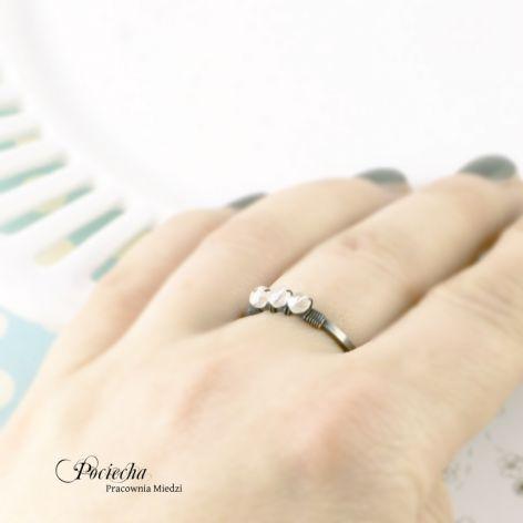 White - pierścionek ze szkłem