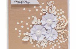 Kartka ślubna białe kwiaty na beżowym tle