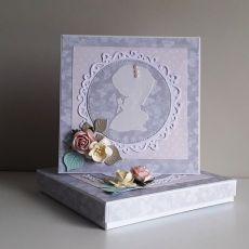 Kartka na Komunię Świętą w pudełku kwiaty