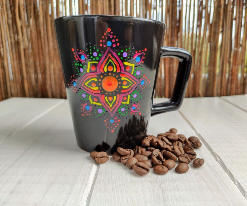 Ręcznie malowany kubek ze wzorem mandali - czarny malowany kubek