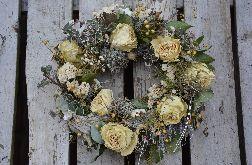 Wianek wiosenny na drzwi z suszonych białych róż