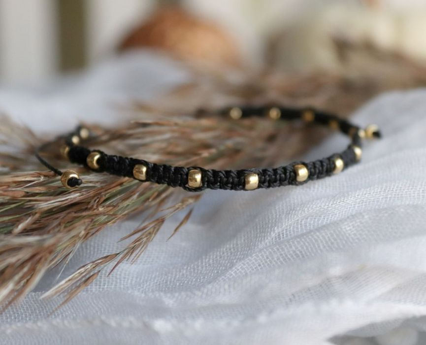 Czarne pleciona bransoletka z kuleczkami - bransoletka makramowa