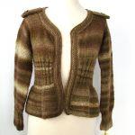 sweterek w brązach, z baskinką i pagonami