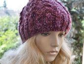 Cieła czapka w warkocze z pomponem fiolet i purpura
