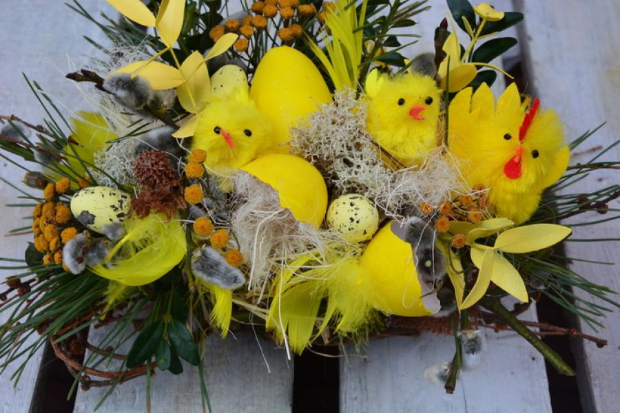 stroik Wielkanocny na stół z kurczaczkami
