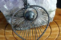 Larvikit, Srebrny wisior z larvikitem szary