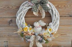 Wielkanocny wianek z szydełkowym zającem