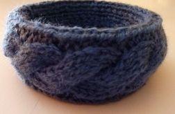 bransoletka w wełnianym ubranku niebieska