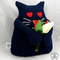 Zakochany kot z bukietem