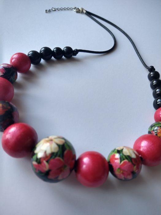 naszyjnik korale drewniane kwiaty z czerwienią - detale