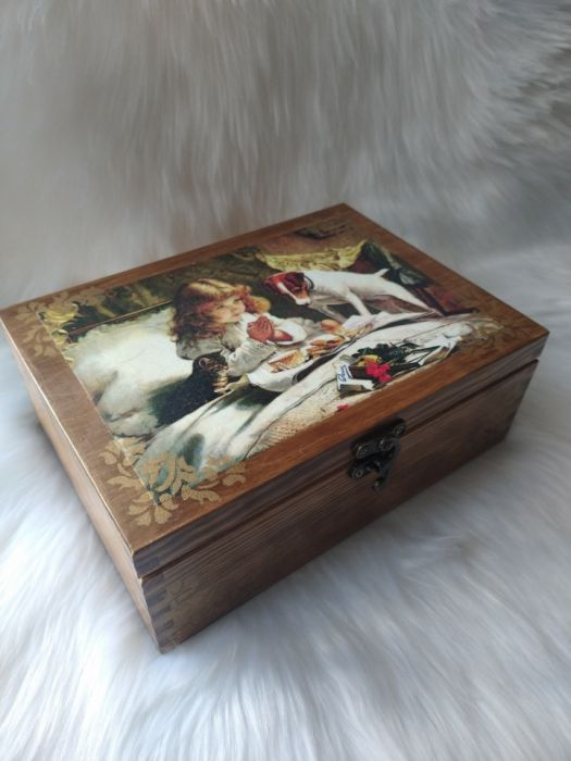 duża szkatułka w stylu retro z zameczkiem - z innej strony