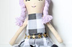 Lalka w kraciastej sukience