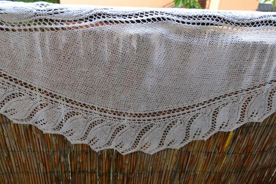 Biała chusta-szal z cekinkami i srebrną niteczką