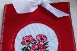 Czerwony ozdobny woreczek na prezent