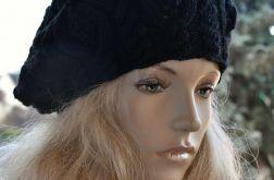Czarny beret z warkoczem