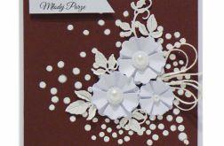 Kartka ślubna białe kwiaty na brązowym tle