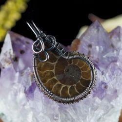 Miedziany wisior ze skamieliną Ammonitu brąz