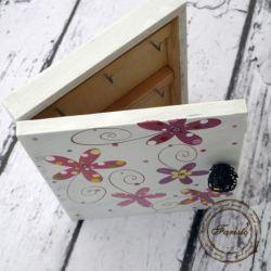 białe pudełko na klucze kwiaty