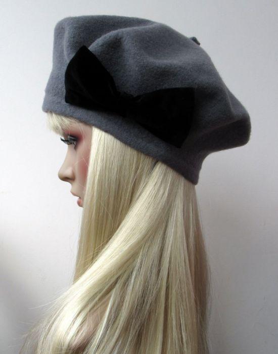 Ciemno szary beret z czarną aksamitną kokardą