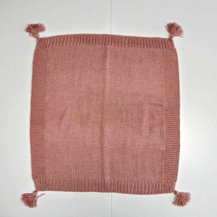 Ręcznie wykonany na drutach kocyk dziecięcy