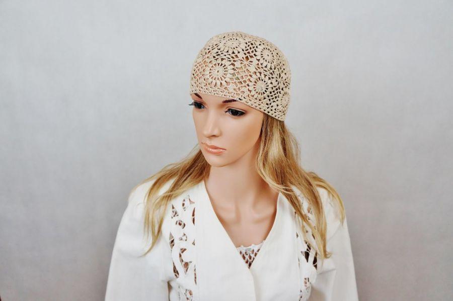 Czapka szydełkowa w kolorze beżowym - Modna czapka