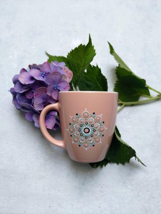 Ręcznie zdobiony kubek z motywem mandali - różowy