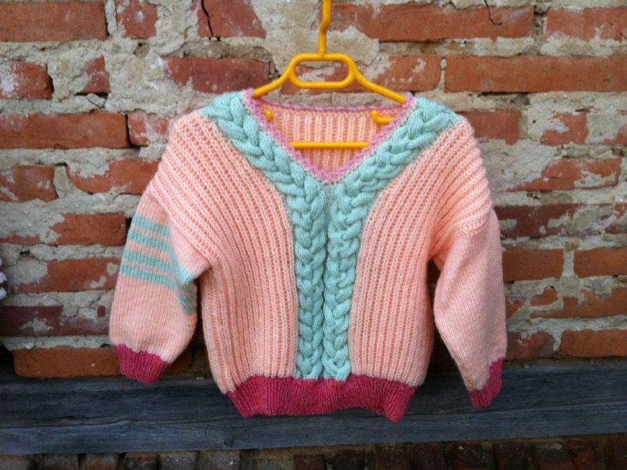 Sweterek dla dziewczynki z warkoczem