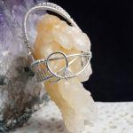 Srebrny wisior z surową bryłką kalcytu