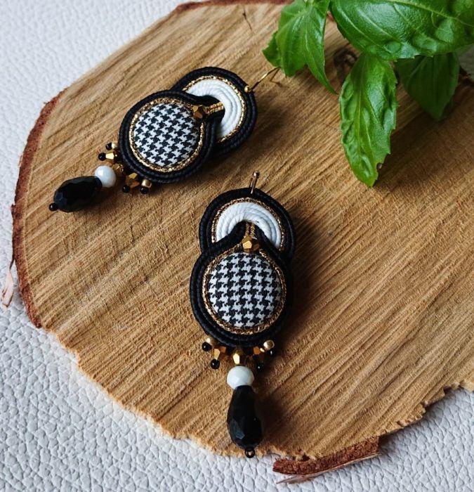 Czarno-białe kolczyki z złotymi dodatkami
