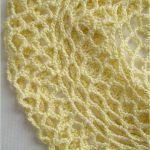 wiosenno-letni ażurowy beret jasnożółty - zbliżenie
