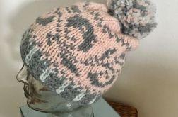 Pastelowa czapka we wzory z pomponem 2