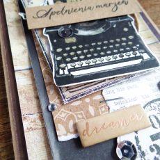 Męska z maszyną do pisania