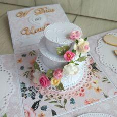 Exploding box urodzinowy z tortem i kwiatami