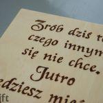 drewniana tabliczka z cytatem działanie - obrazek z napisem