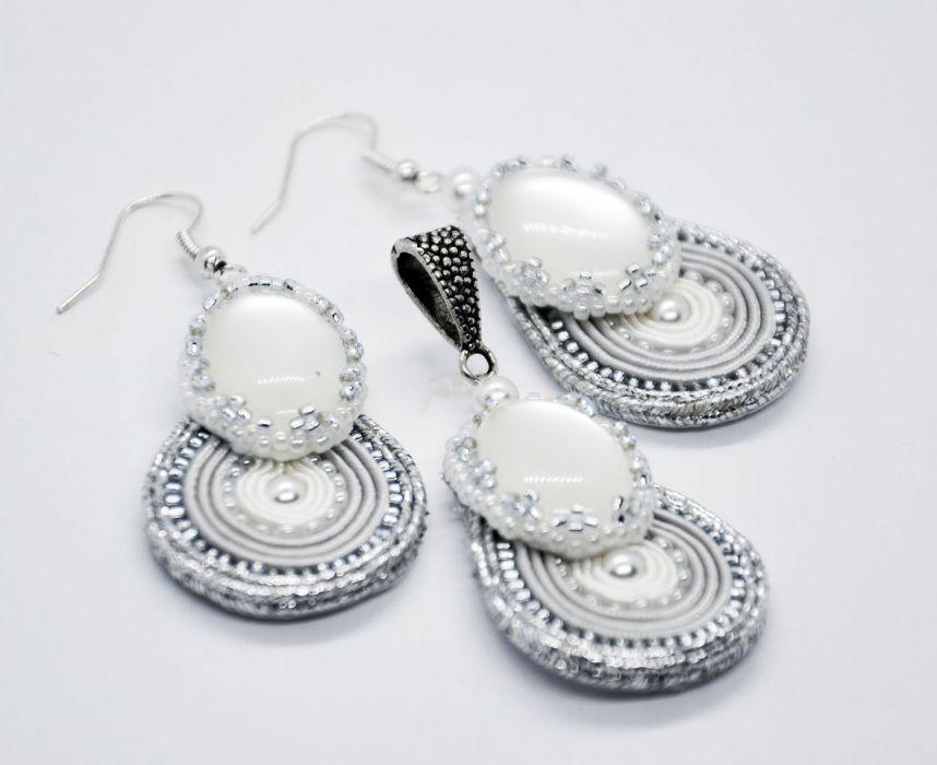 Komplecik srebrno-biały: kolczyki i wisiorek