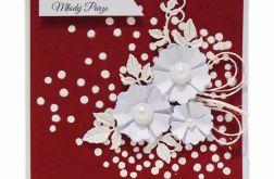 Kartka ślubna białe kwiaty na bordowym tle